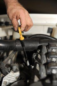 Sprawdzanie poziomu oleju samochodowego