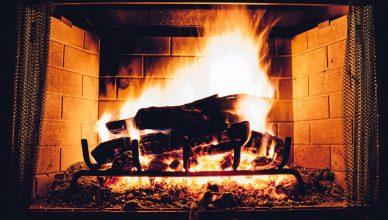 Czym palić w kominku – brykiet czy drewno